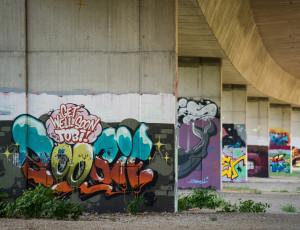 """Graffity unter der Autobahn in der """"Bridge Gallery"""""""