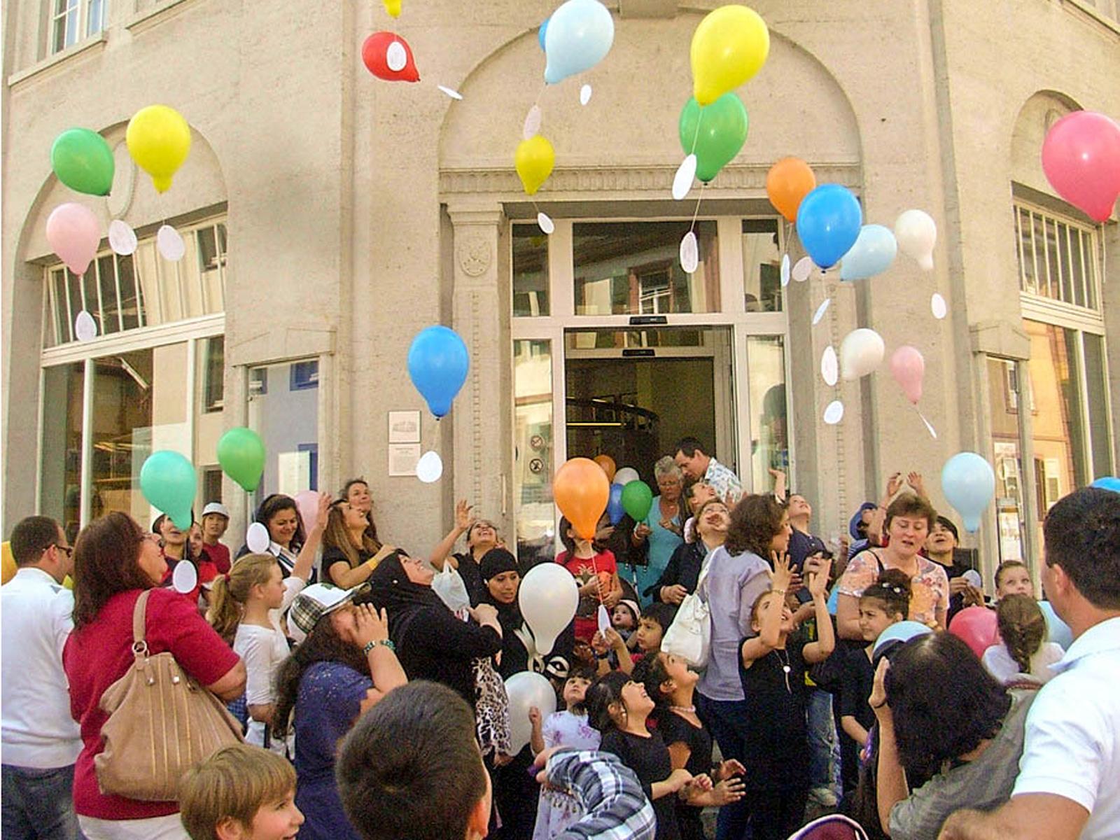 Luftballon-Aktion vor der Stadtbibliothek