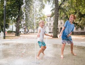 Les enfants se rafraîchissent aux jeux d'eau de l'Hebelpark