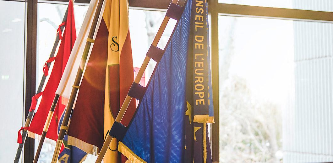 Les drapeaux de l'Europe et les villes jumellées à l'hôtel de ville de Lörrach