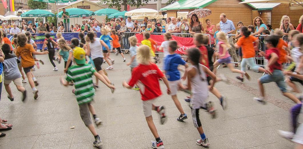 Kinder laufen beim Lörracher Stadtlauf