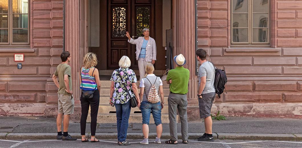 Gruppe mit Stadtführerin vor dem Alten Rathaus