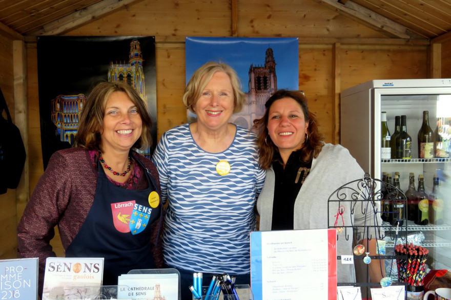Vertreterinnen der Partnerstädte an einem Stand auf dem Lörracher Frühlingsfest