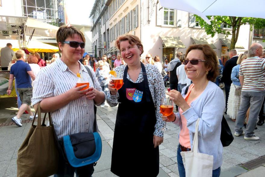 Besucherinnen des Lörracher Frühlingsfestes auf dem Alten Marktplatz