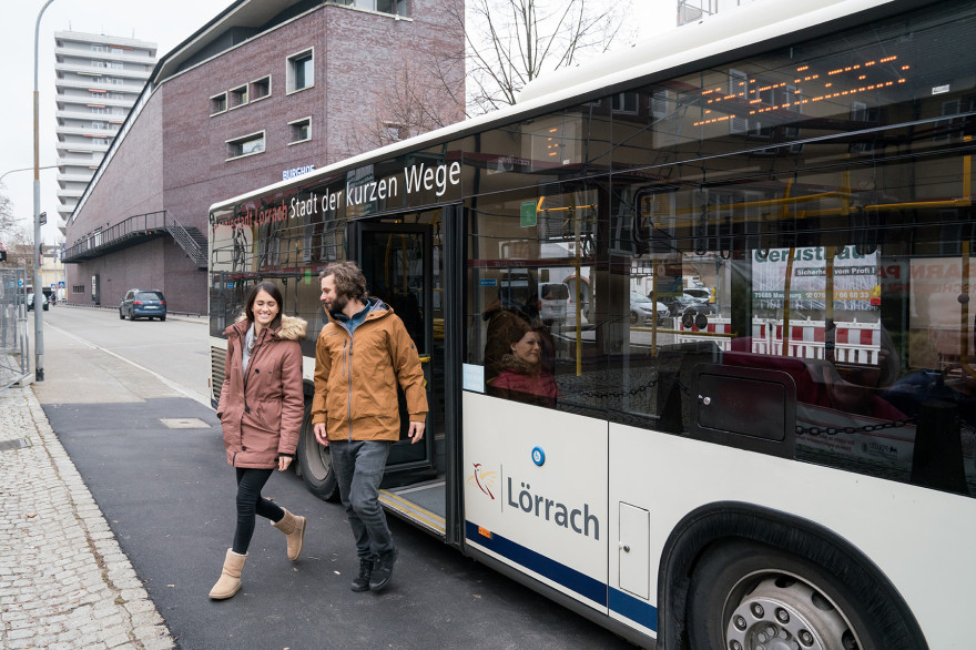 Menschen steigen aus einem Stadtbus aus
