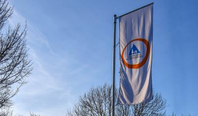 """Drapeau avec lettrage """"Hostelling International"""" devant l'auberge de jeunesse de Lörrach"""