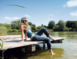 Jeune femme assise sur une jetée à Grüttsee