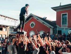 Jugendliche bei einem Konzert im Alten Wasserwerk