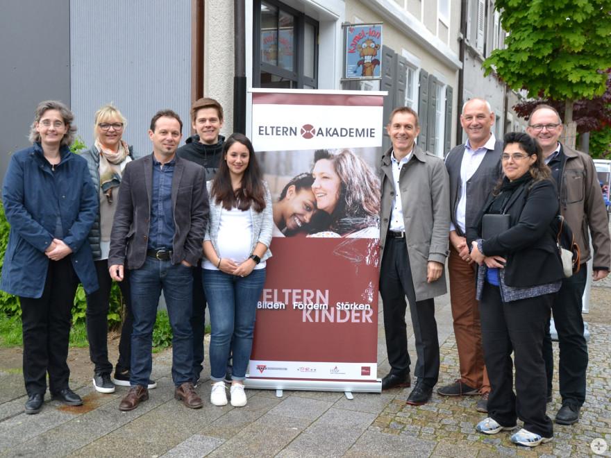 Oberbürgermeister Jörg Lutz mit Schulleiterinnen und Schulleiter der Campus Schulen sowie den Projektbeteiligten von CVJM, Stadt Lörrach und Elternvertretung