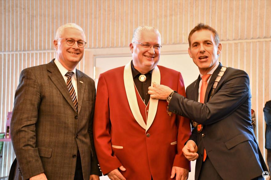 Wolfgang Dietz, Oberbürgermeister Weil am Rhein, Jörg Roßkoopf und Oberbürgermeister Jörg Lutz bei der Verleihung der Ehrennadel © Barbara Ruda