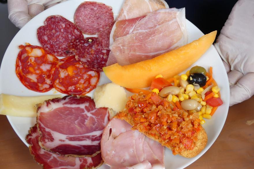 Der bunte Antipasti- oder Vorspeisen-Teller aus Senigallia