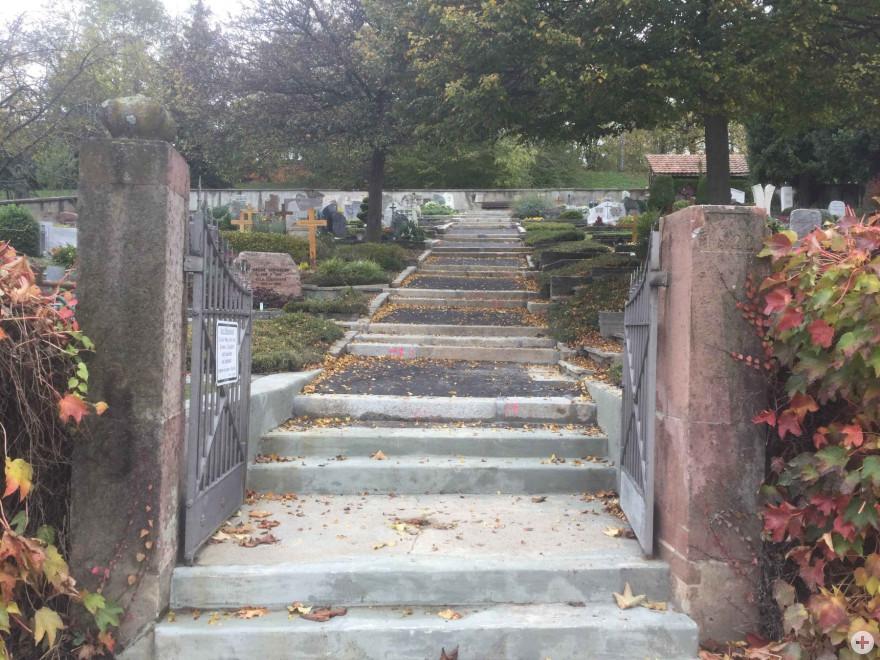 Erneuerter flacher Hauptweg Friedhof Tüllingen