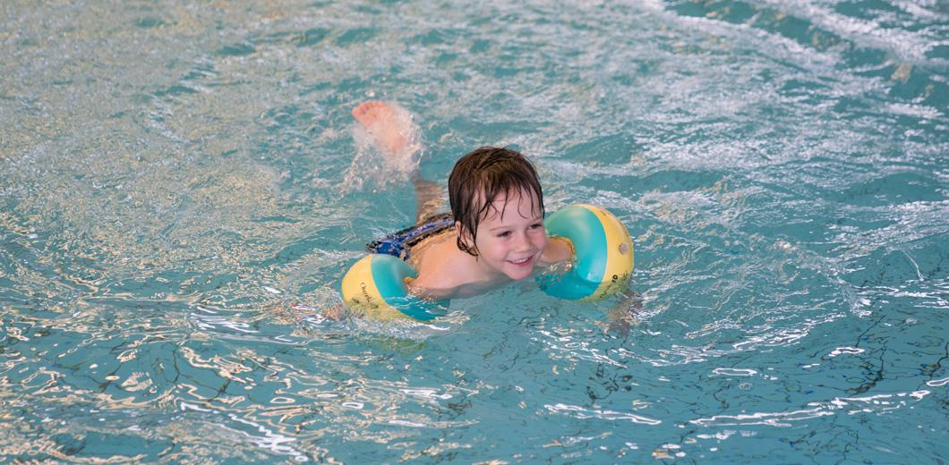 Kleinkind beim Schwimmen
