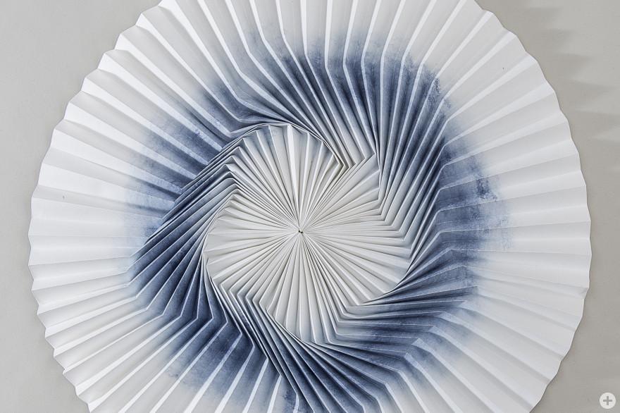 Fanfold No. 8, ein Bogen Endlospapier, Labormaschine Baseler Papiermuseum, gefaltet , 40 cm, 2015