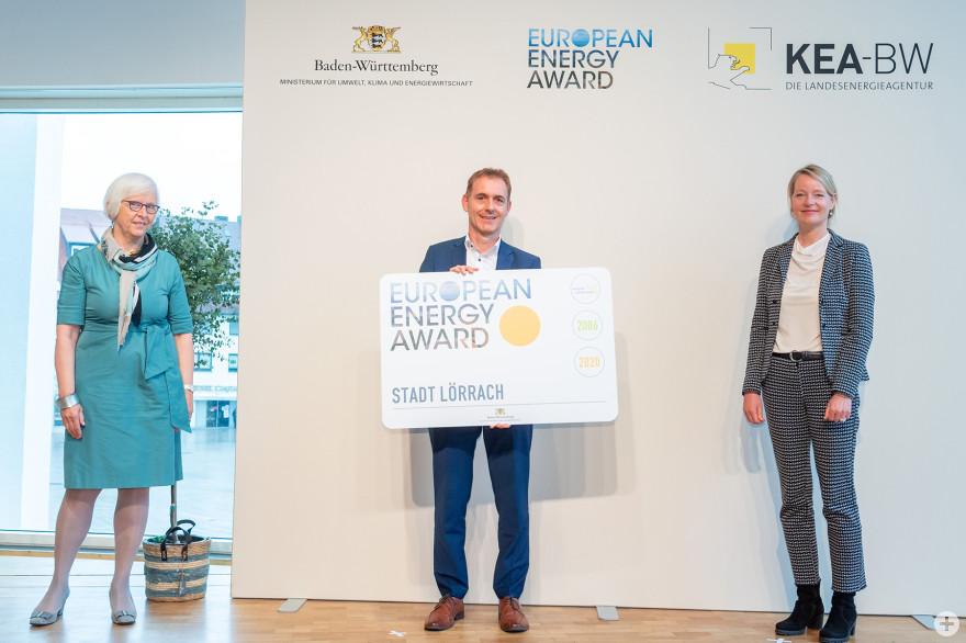 Bei der Auszeichnig mit dem European Energy Award in Gold: (von links) Gudrun Heute-Bluhm, geschäftsführendes Vorstandsmitglied des Städtetags Baden-Württemberg, Lörrachs OB Jörg Lutz und die Baden-Württembergische Umweltministerin Thekla Walker