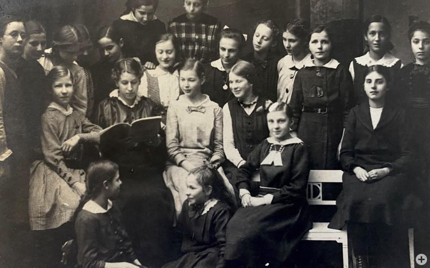 Elsa Juliusberger mit Schulkameradinnen, Quelle: Ido Bendori, Tel Aviv